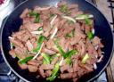 carne con verduras y en la sarten