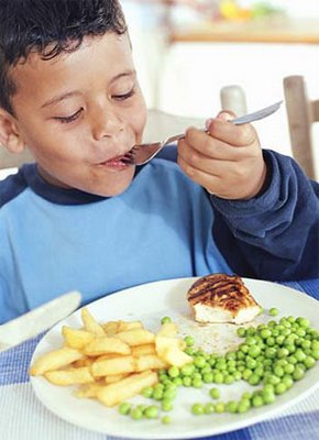 Niño comiendo sanamente