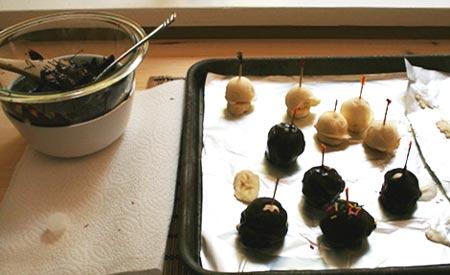 Preparacion de los bocadillos de helado y platano