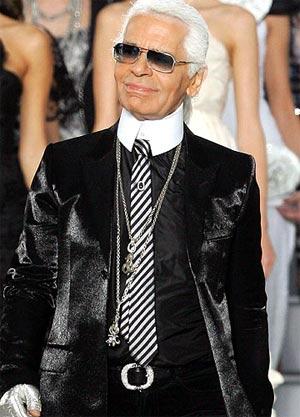 Karl Lagerfeld sonriente en la pasarela